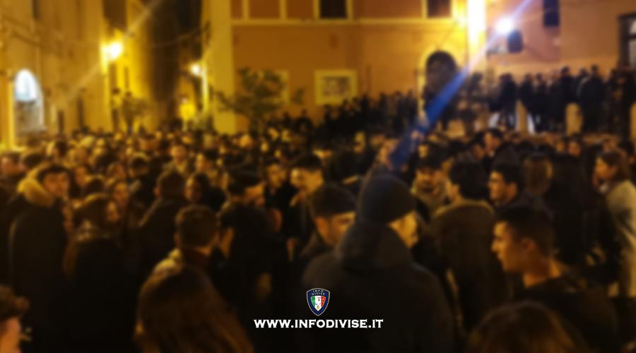 Milano, in duemila violano il coprifuoco: lanci di bottiglie contro la polizia.