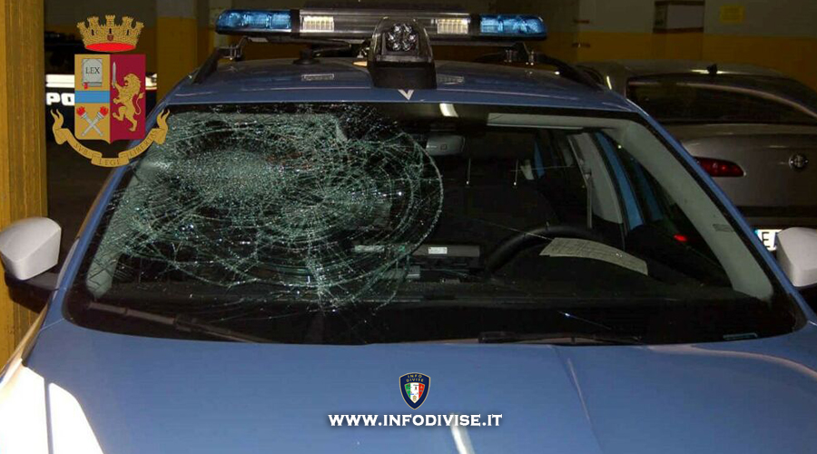 Si fermano per soccorrere un'auto, poliziotti aggrediti con calci e pugni: due arresti!