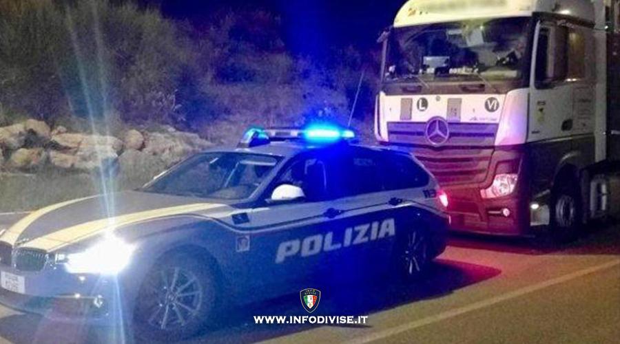 Ferma il Tir sulla corsia di sorpasso dell'A1 e si addormenta: la polizia evita il peggio