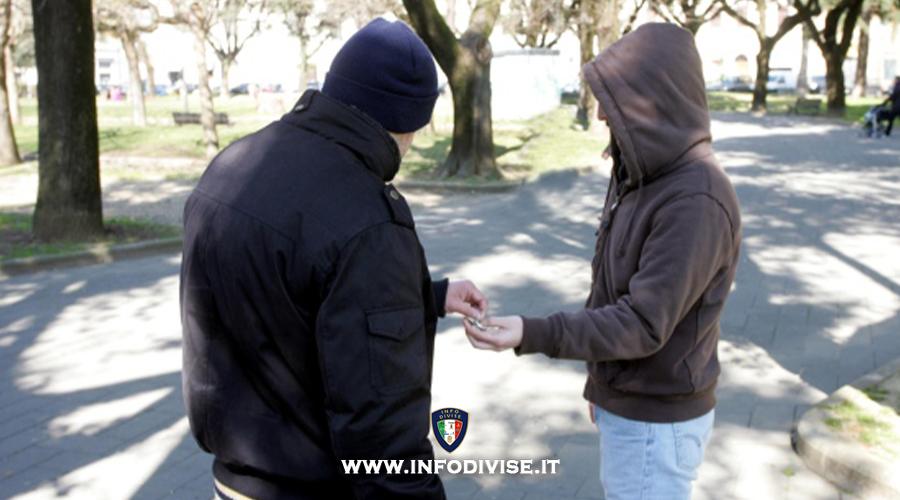 Sbaglia persona e consegna un chilo di cocaina ad un poliziotto: arrestato!