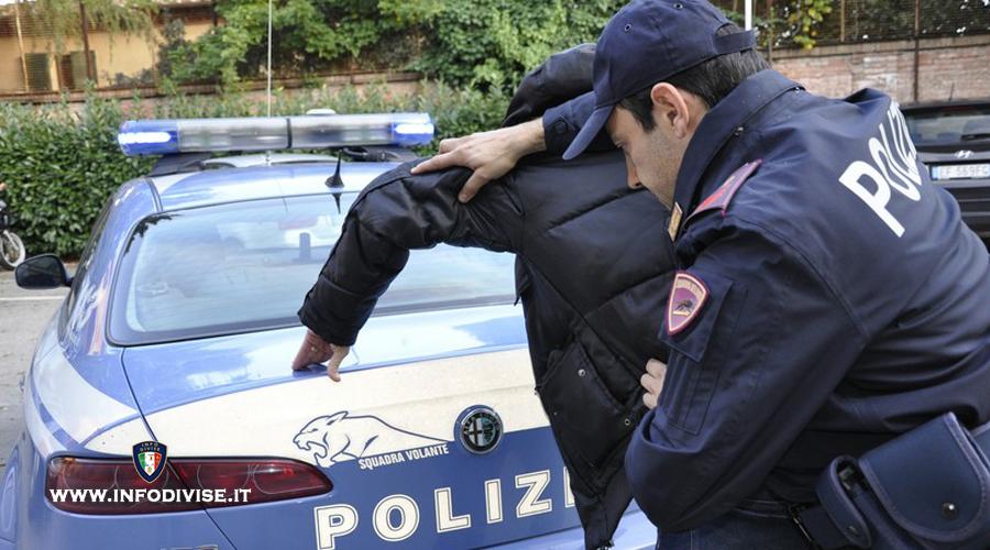 Sorpreso a spacciare, cerca di fuggire dalla Polizia trascinando con l'auto un agente