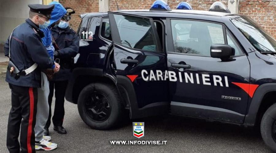 Chiede aiuto telefonicamente ai Carabinieri,  poi li aggredisce con calci e pugni!