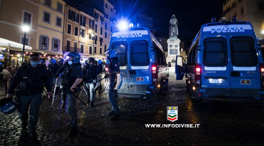Roma, oltre mille persone assembrate a Campo dè Fiori: lancio di bottiglie alle Forze dell'Ordine