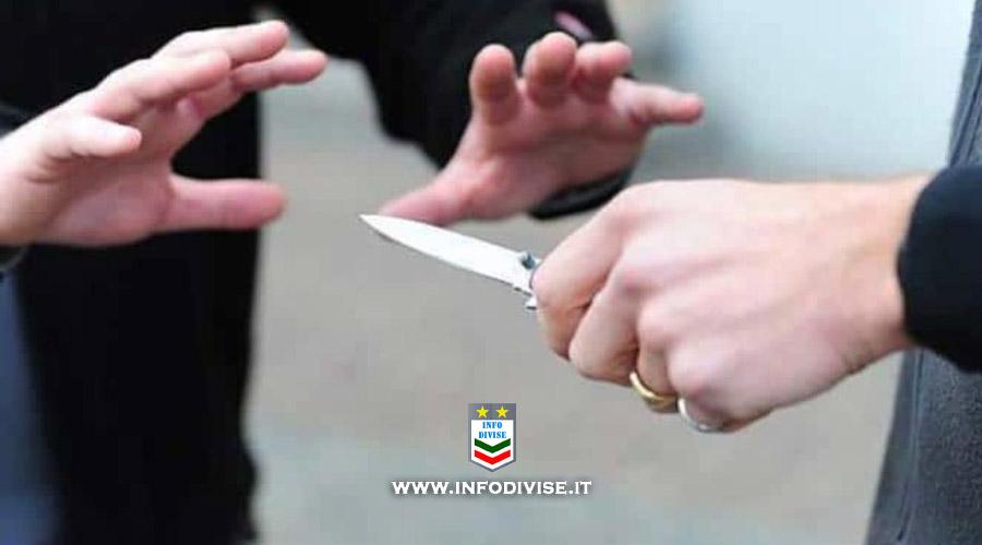 """""""Ti devo ammazzare"""" 46enne con problemi psichiatrici tenta di accoltellare un Poliziotto"""