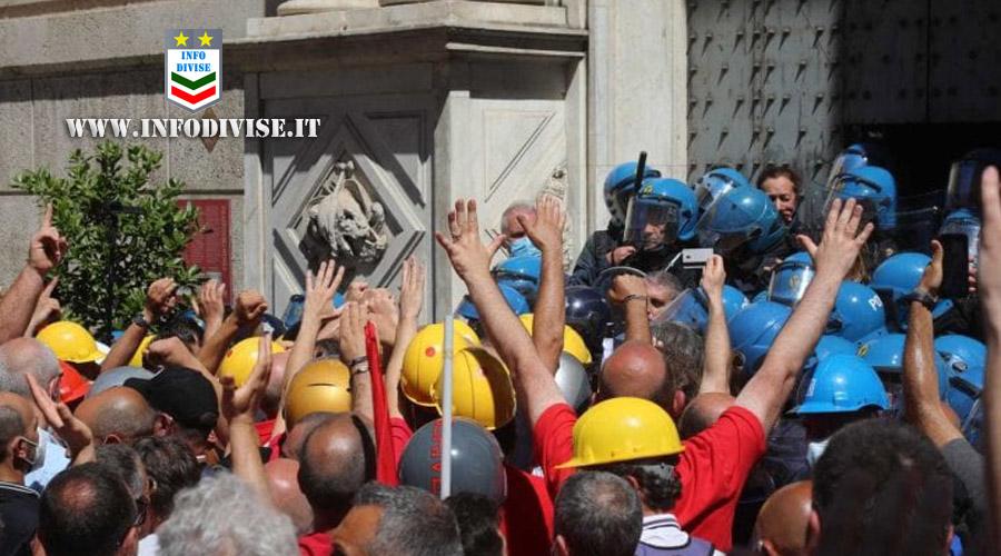 Genova, protestano gli operai ex Ilva: scontri con le forze dell'ordine, 4 agenti feriti