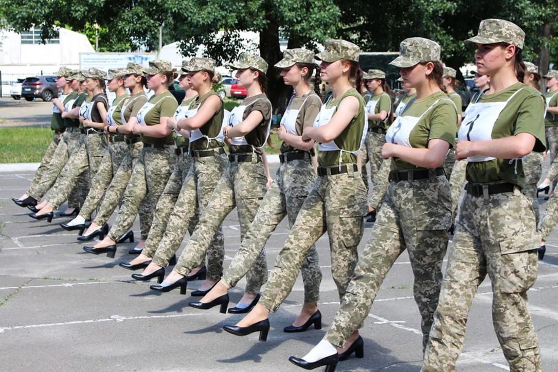 Ucraina, soldatesse con i tacchi alle prove di una parata militare