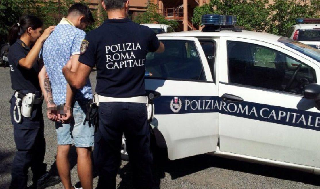 Roma, durante allontanamento da insediamento abusivo prova a strangolare agente