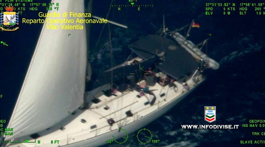 Crotone: Guardia di Finanza intercetta barche a vela con 127 migranti