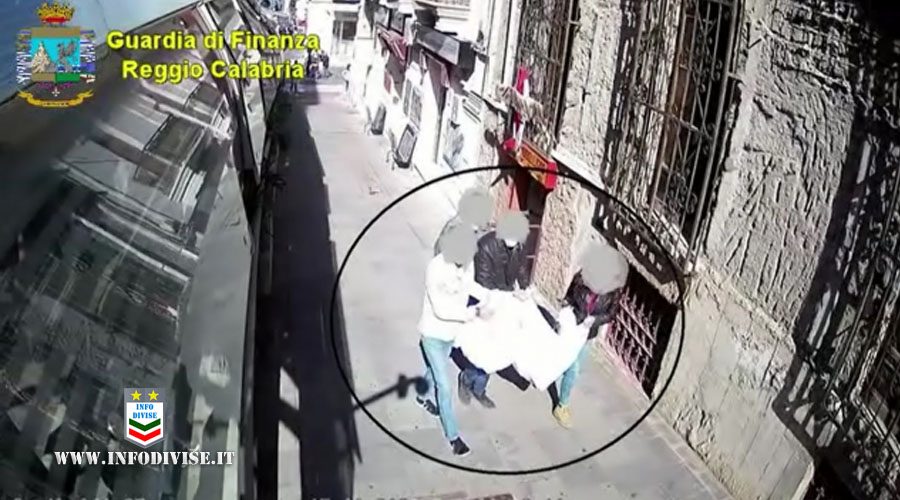 Arrestati 2 agenti della Polizia Locale di Reggio Calabria e sospesi altri 7: rubavano la merce dei venditori ambulanti