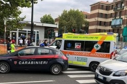 Torino, donna investita sul marciapiede da pattuglia dei carabinieri che schiva un'altra auto.