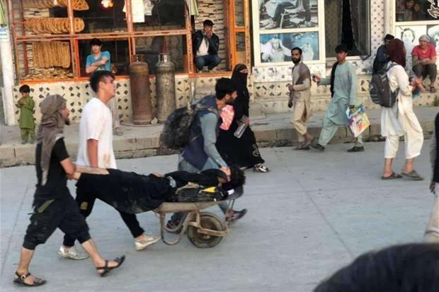 """Afghanistan, doppio attentato kamikaze all'aeroporto di Kabul: almeno 13 vittime, anche bambini. Oltre 50 feriti, """"anche soldati Usa e Gb"""""""