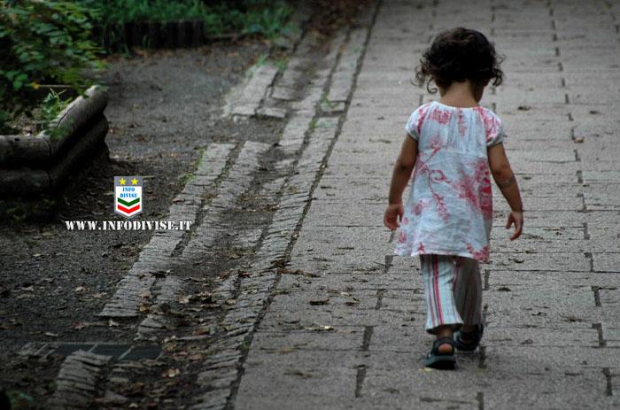 Si prostituisce e lascia la figlia da sola in un parcheggio: bambina trovata sola alle 3 di notte. Denunciata