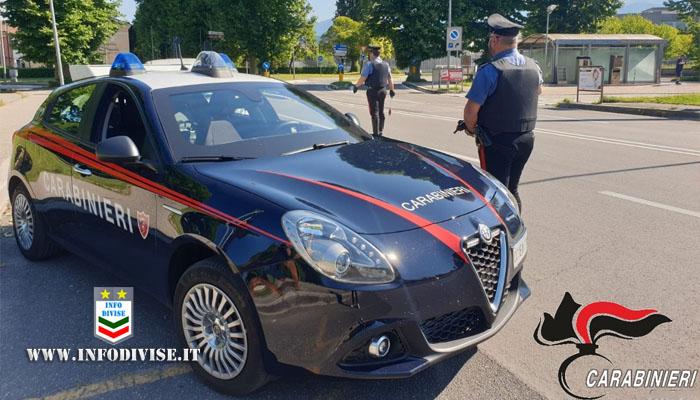 Tentano di investire carabiniere che spara per fermarli: arrestati due uomini a bordo di un auto rubata