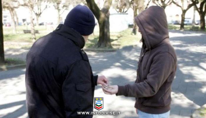 Roma, tenta di vendere cocaina ai passanti, ma becca due Carabinieri in borghese. Arrestato!