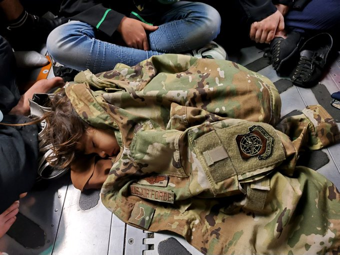 Fuga da Kabul: la foto simbolo della bimba che dorme nel cargo avvolta da una giacca militare Usa