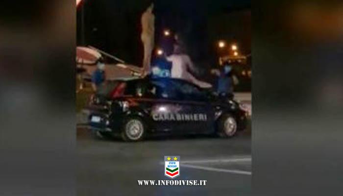 Due giovani turisti saltano nudi sull'auto dei carabinieri, fermati con lo spray al peperoncino