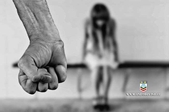 """""""Aiuto, papà picchia mamma"""": bambina chiama la Polizia e fa arrestare il genitore"""