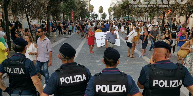 No vax a Milano, allerta sulla manifestazione di oggi. I messaggi in chat: «Secchi di benzina contro gli agenti»