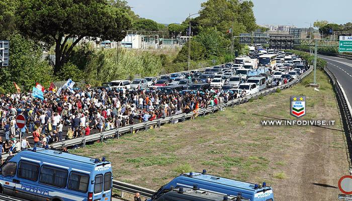 Alitalia, manifestanti bloccano autostrada Roma-Fiumicino: traffico in tilt. Otto poliziotti finiscono in ospedale