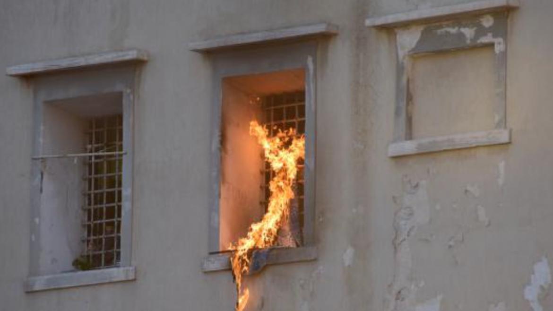 Sollicciano, agguato a un agente di Polizia penitenziaria: detenuti tentano di dargli fuoco