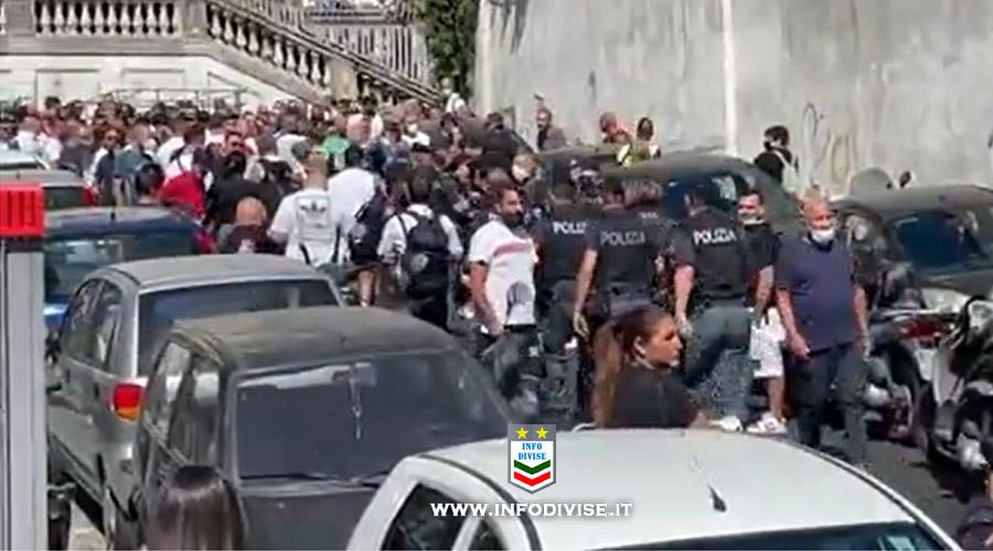 Samuele, lanciato dal terzo piano: poliziotto scambiato per giornalista aggredito dalla folla ai funerali