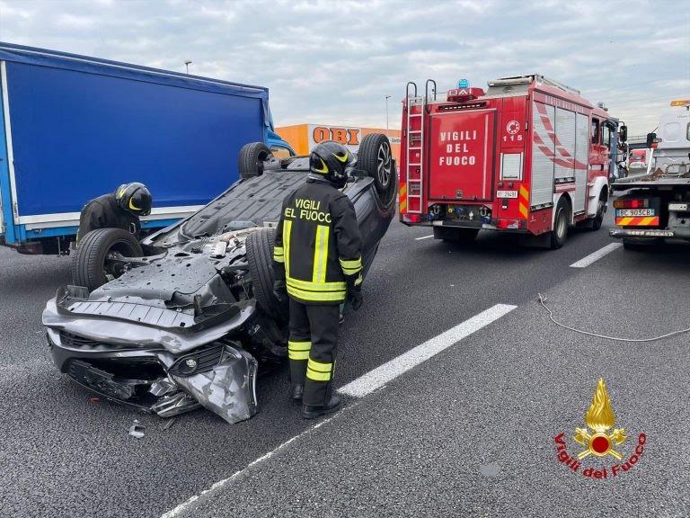 Incidente sull'Autostrada A1, auto si ribalta a San Giuliano: ferito un poliziotto